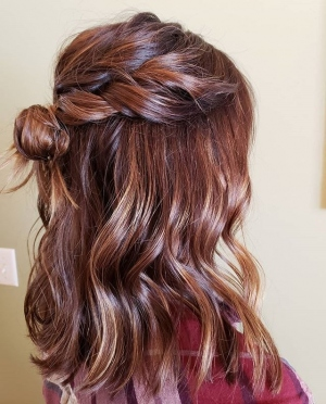 Attention-brunette-brides-Look-at-this-beautiful-dimension-in-her-haircolor.-All-the-toffee-caramel-chocolate-light-and-dark-brown-piece